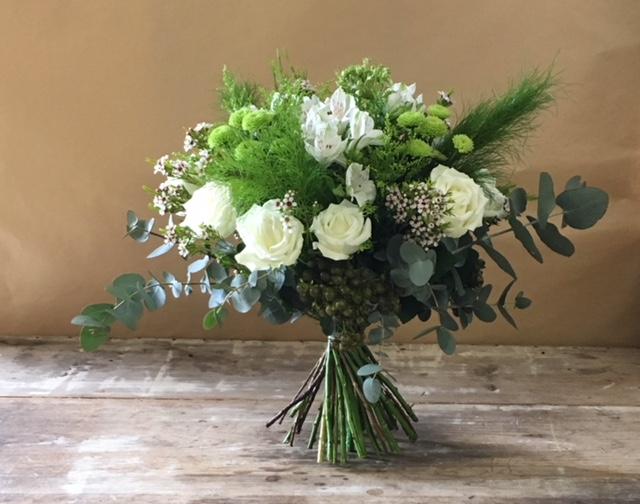 Bouquet de fleurs white cream le sans souci flowers for Bouquet de fleurs wine